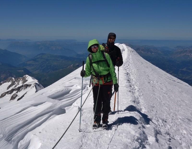 Alpinistes sur l'arête final du sommet du Mont Blanc