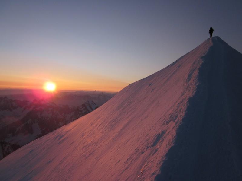 Cordée arrivant au sommet du Mont Blanc au lever de soleil