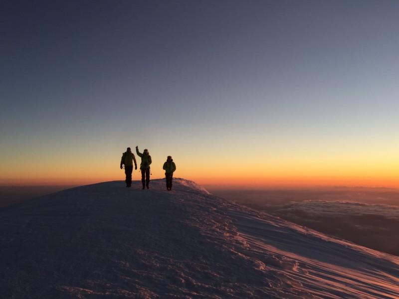 Alpinistes au sommet du Mont Blanc au coucher du soleil